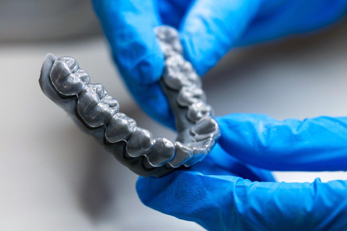Allineatore trasparente 3D termoformato su un modello stampato in 3D con una stampante dentale Form 3B di Formlabs.