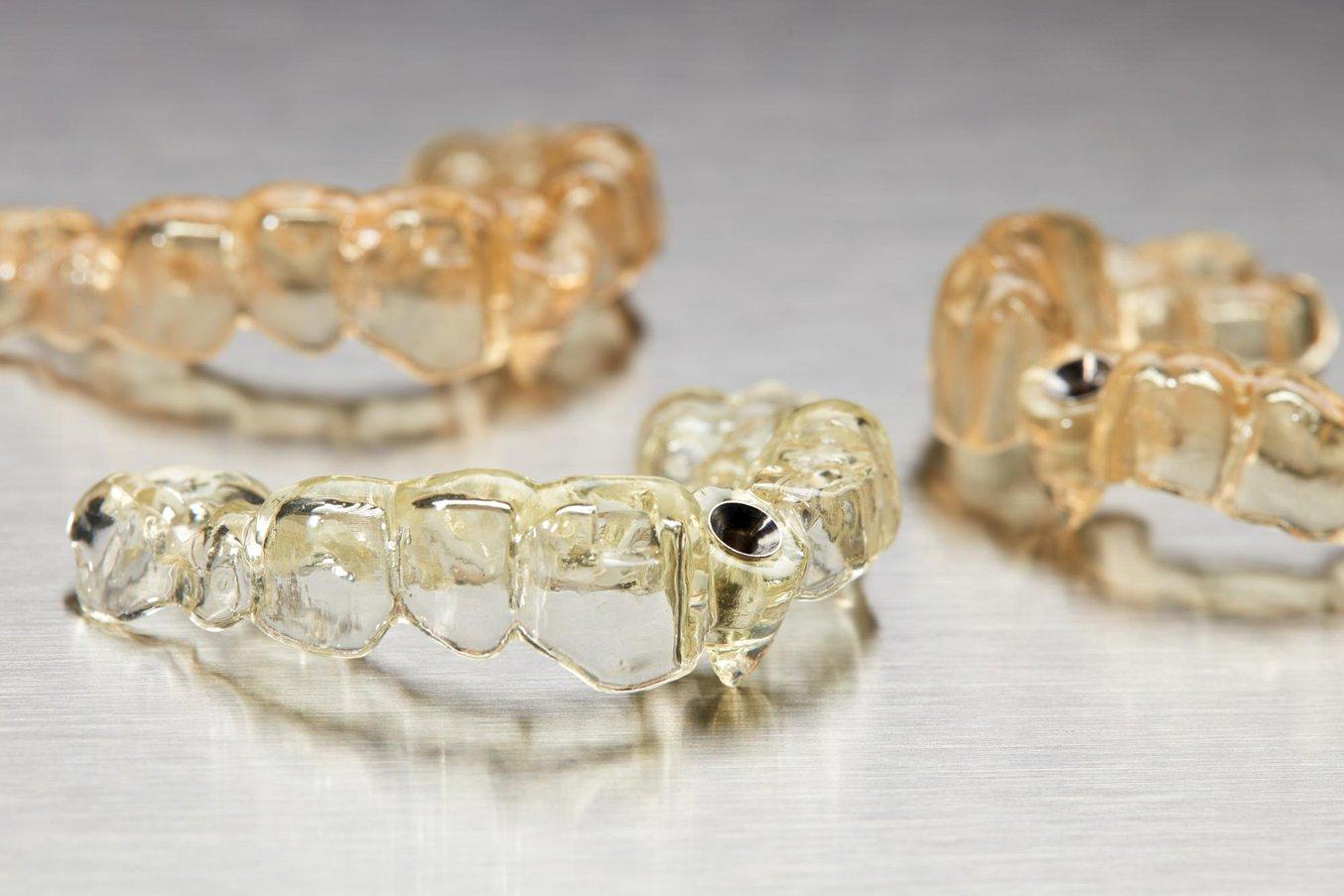 Dime chirurgiche stampate in 3D su una stampante 3D dentale Form 3B di Formlabs.