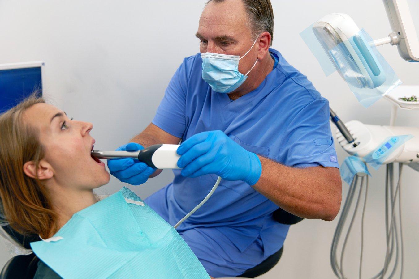 Gli scanner intraorali contribuiscono a ridurre la durata delle visite e la manodopera, nonché a eliminare il costo dei materiali e la necessità di inviare le impronte al laboratorio odontotecnico.