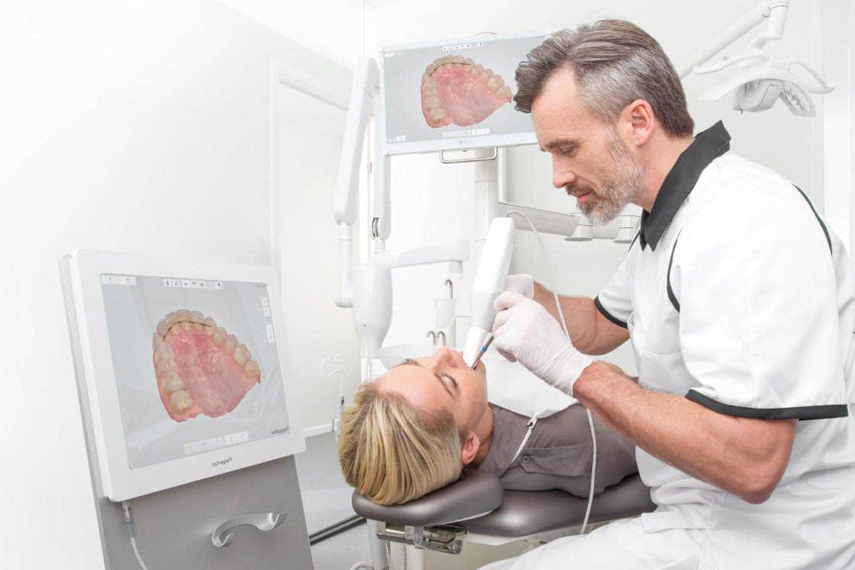 Gli scanner intraorali possono acquisire le scansioni direttamente dal paziente, sostituendo quindi le impronte manuali con impronte digitali rapide e precise.