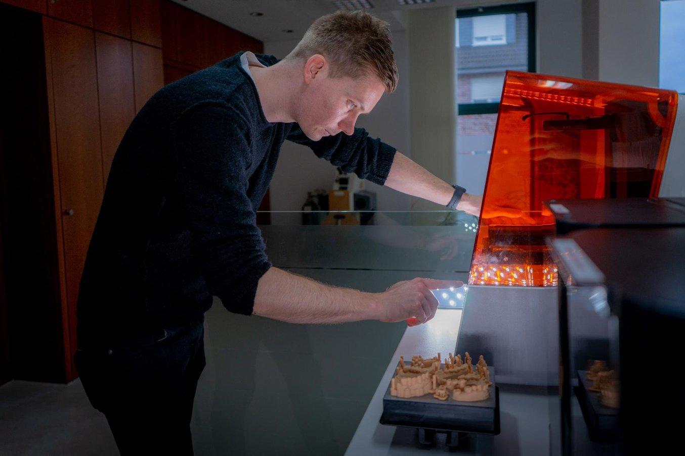 Stephan Kreimer utilizza una Form 3B nel suo laboratorio odontotecnico.